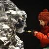 Una escultora creando un personaje transparente